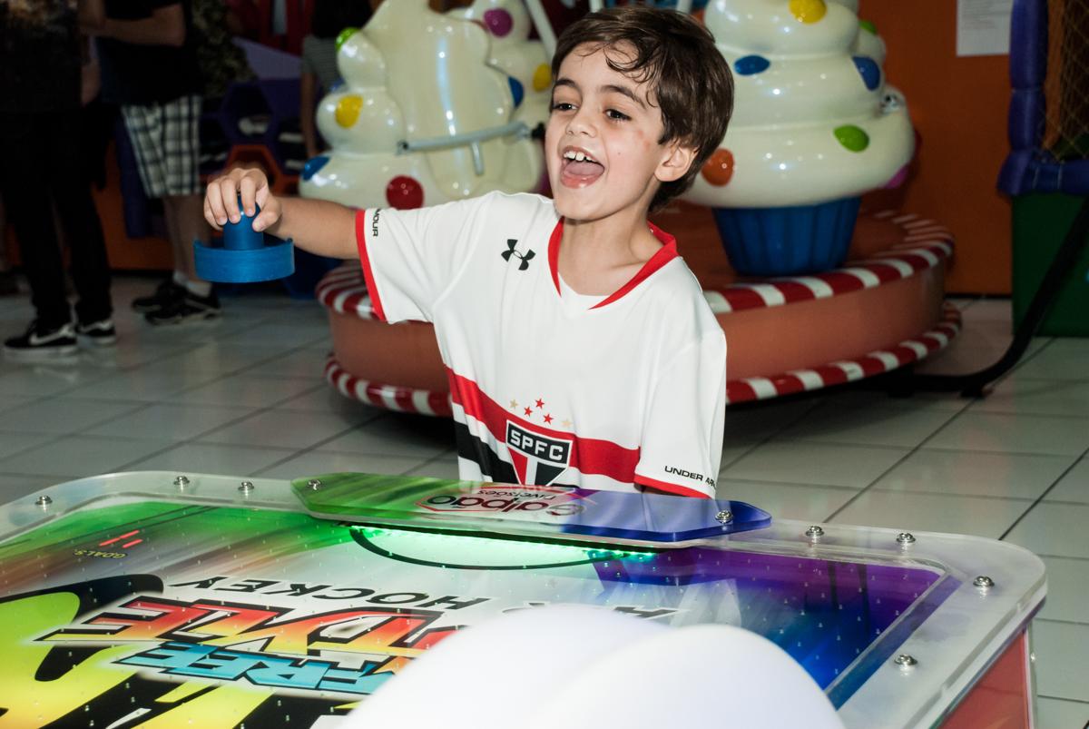 comemorando gol no Buffet Magic Joy, Saude, São Paulo, aniversário de Isaque 8 anos, tem da festa São Paulo Futebol Clube