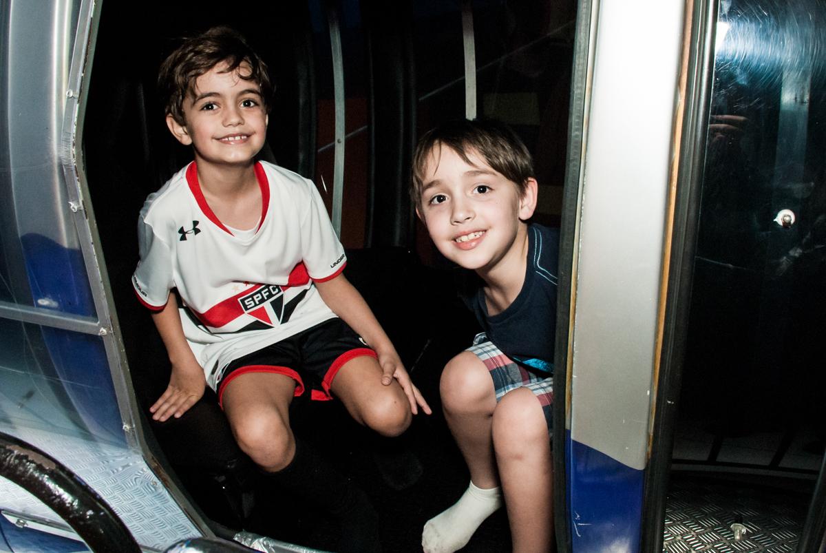 hora de passear no monorreio no Buffet Magic Joy, Saude, São Paulo, aniversário de Isaque 8 anos, tem da festa São Paulo Futebol Clube