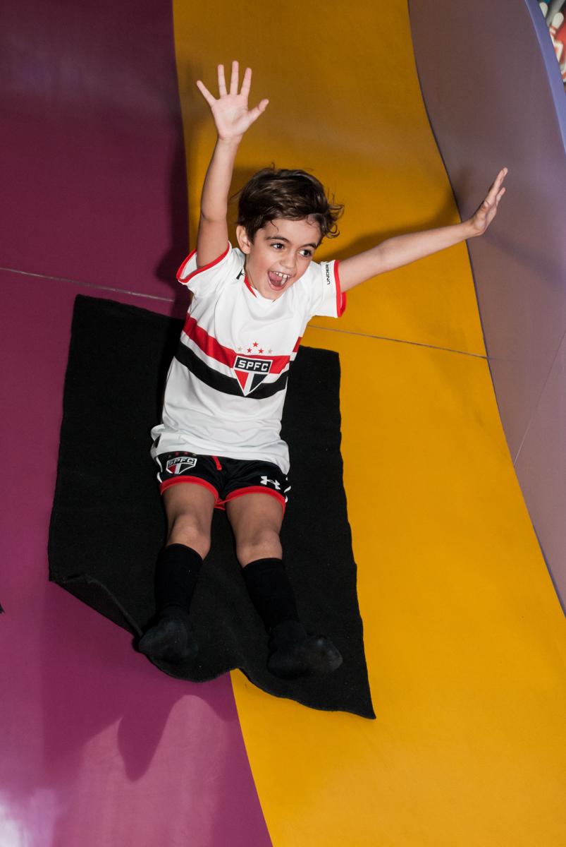 escorregando no tobogan no Buffet Magic Joy, Saude, São Paulo, aniversário de Isaque 8 anos, tem da festa São Paulo Futebol Clube