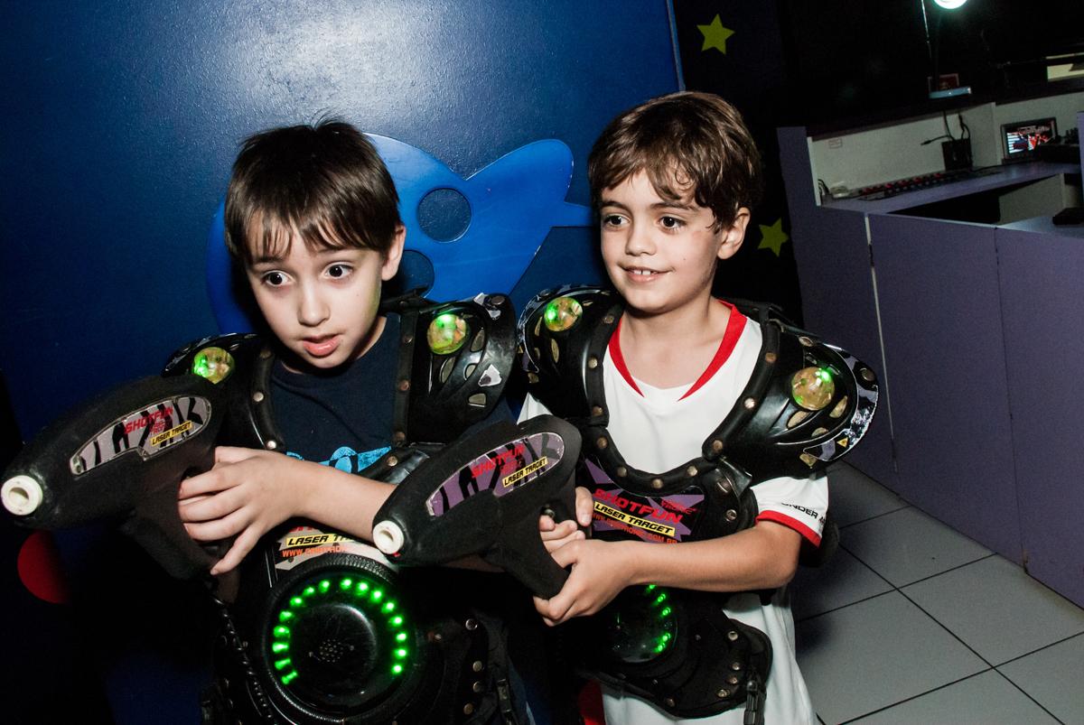 brincando na área lazer no Buffet Magic Joy, Saude, São Paulo, aniversário de Isaque 8 anos, tem da festa São Paulo Futebol Clube