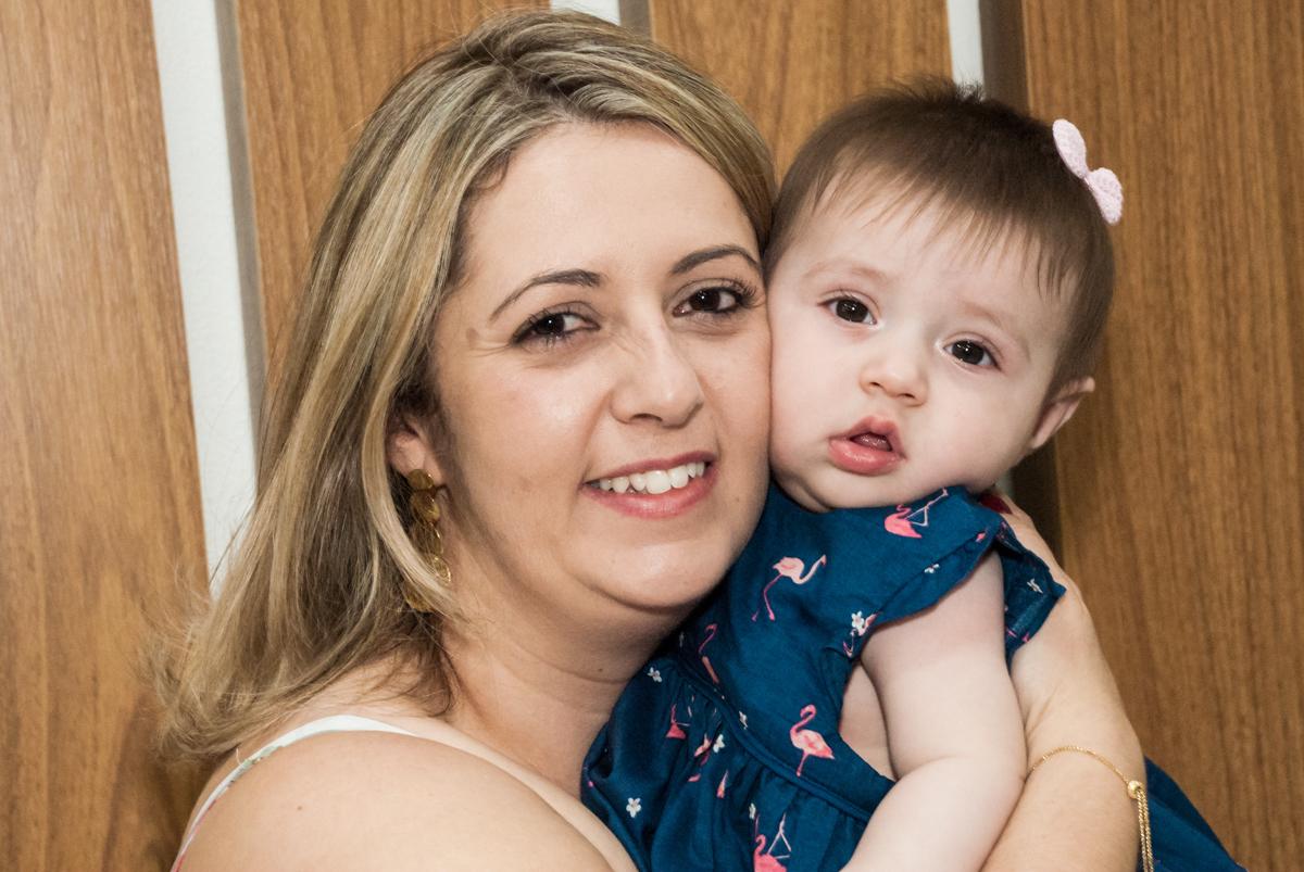 a mãe do aniversariante posa para a foto com o bebê no Buffet Magic Joy, Saude, São Paulo, aniversário de Isaque 8 anos, tem da festa São Paulo Futebol Clube