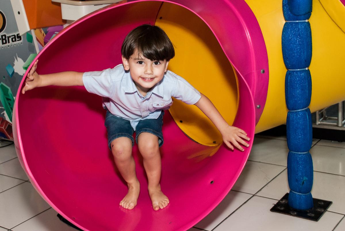 desendo no escorregador no Buffet Magic Joy, Saude, São Paulo, aniversário de Isaque 8 anos, tem da festa São Paulo Futebol Clube