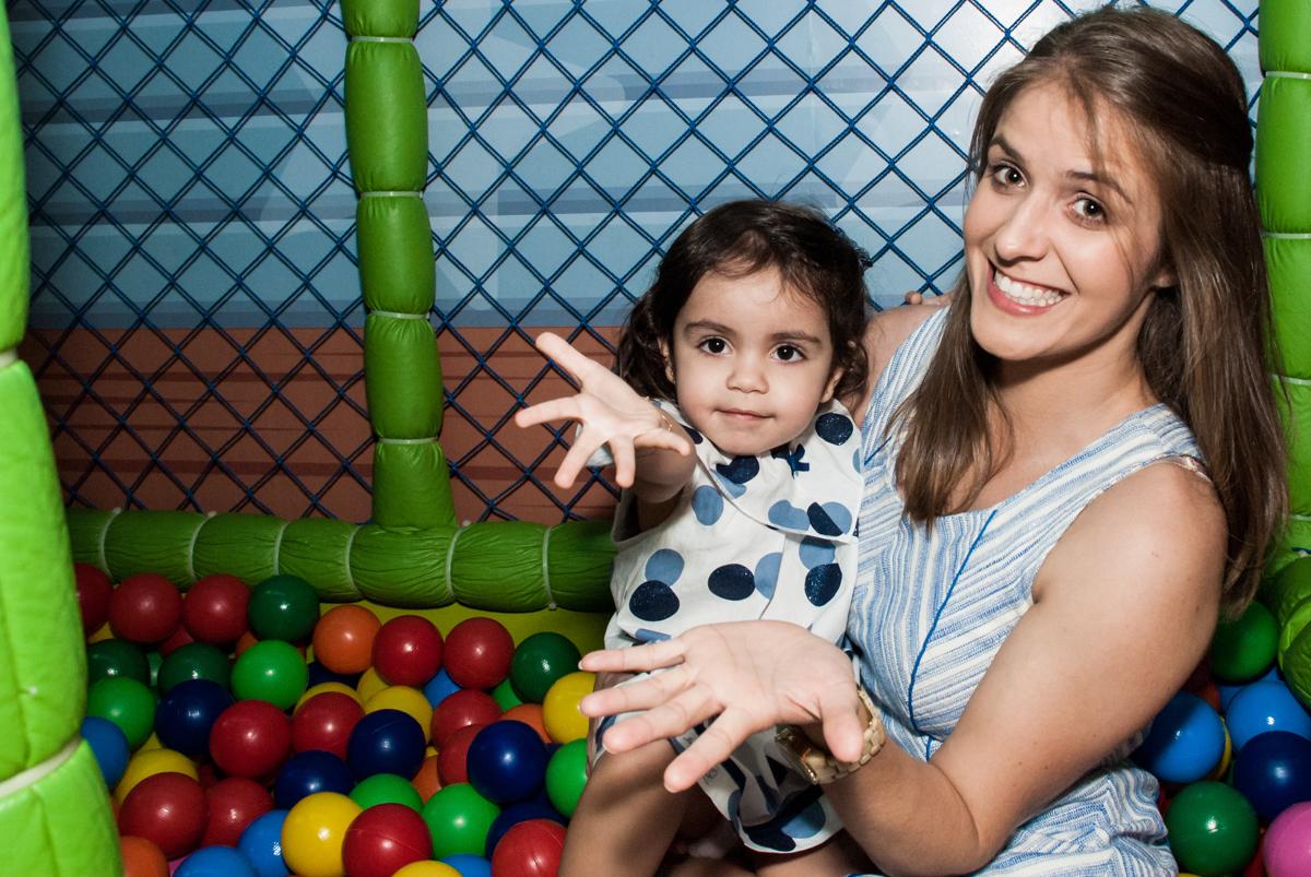 brincando na piscina de bolinha no Buffet Magic Joy, Saude, São Paulo, aniversário de Isaque 8 anos, tem da festa São Paulo Futebol Clube