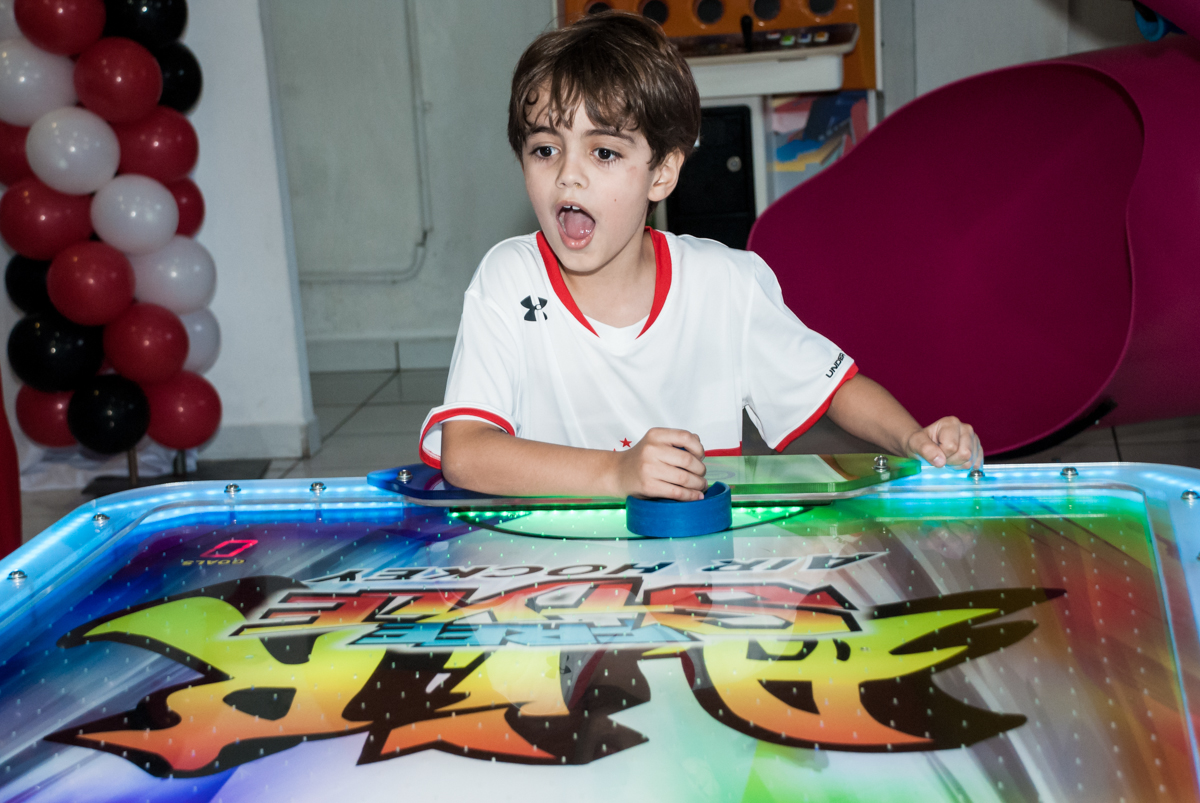 futebol de mesa divertio no Buffet Magic Joy, Saude, São Paulo, aniversário de Isaque 8 anos, tem da festa São Paulo Futebol Clube