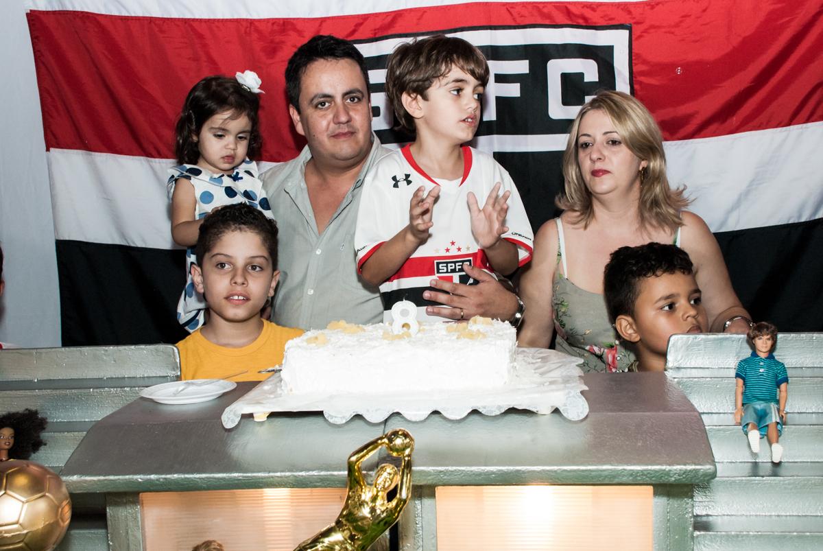 soprando a vela do bolo no Buffet Magic Joy, Saude, São Paulo, aniversário de Isaque 8 anos, tem da festa São Paulo Futebol Clube