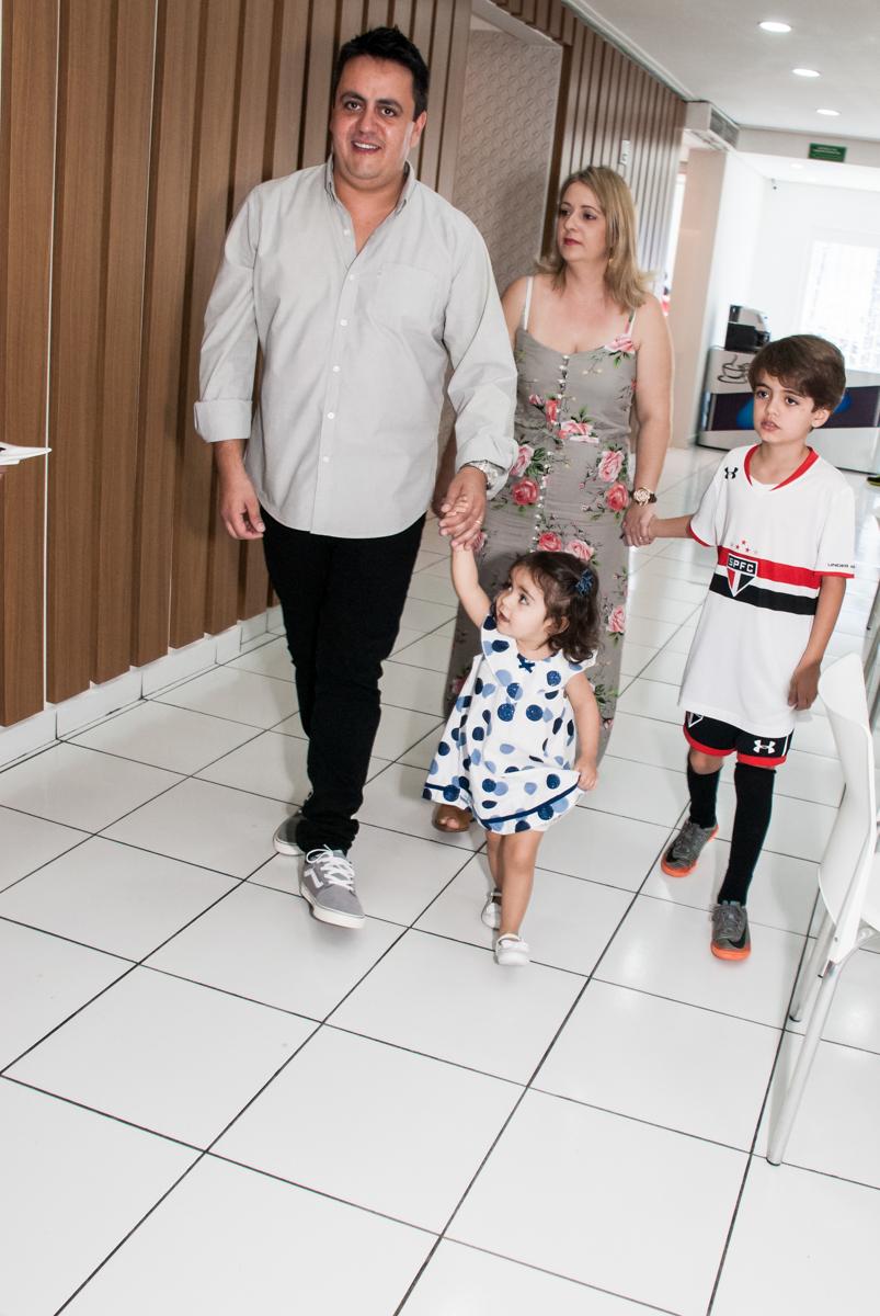 entrada da família no Buffet Magic Joy, Saude, São Paulo, aniversário de Isaque 8 anos, tem da festa São Paulo Futebol Clube