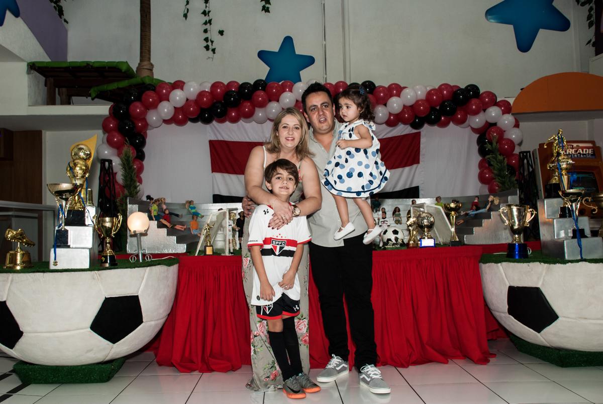 fotografia da família no Buffet Magic Joy, Saude, São Paulo, aniversário de Isaque 8 anos, tem da festa São Paulo Futebol Clube