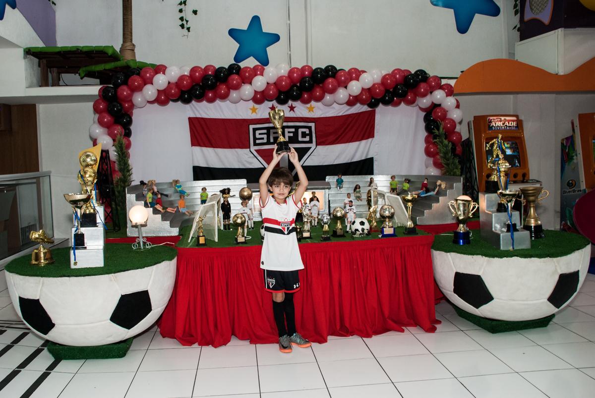 aniversariante posa para a foto no Buffet Magic Joy, Saude, São Paulo, aniversário de Isaque 8 anos, tem da festa São Paulo Futebol Clube