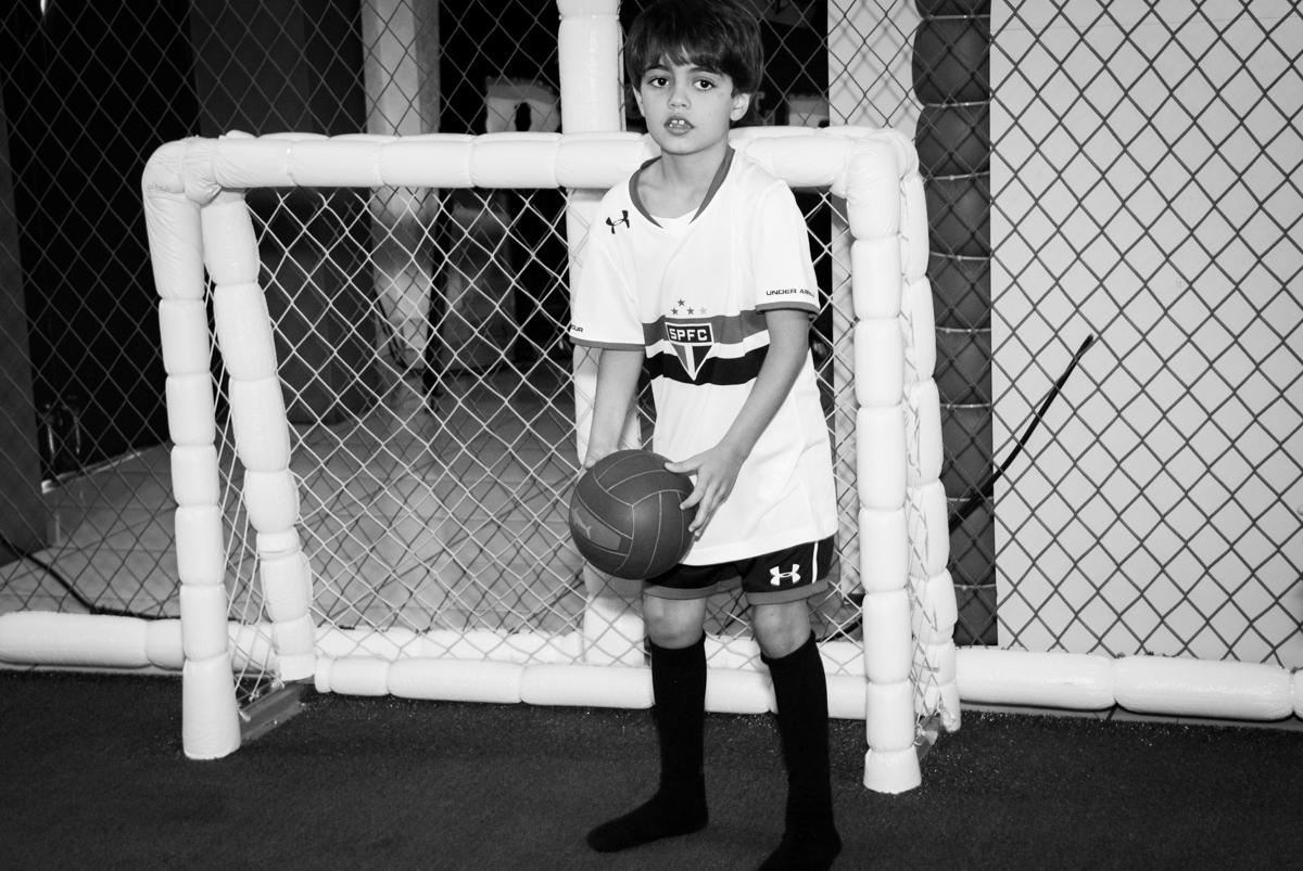 jogando futebol no Buffet Magic Joy, Saude, São Paulo, aniversário de Isaque 8 anos, tem da festa São Paulo Futebol Clube