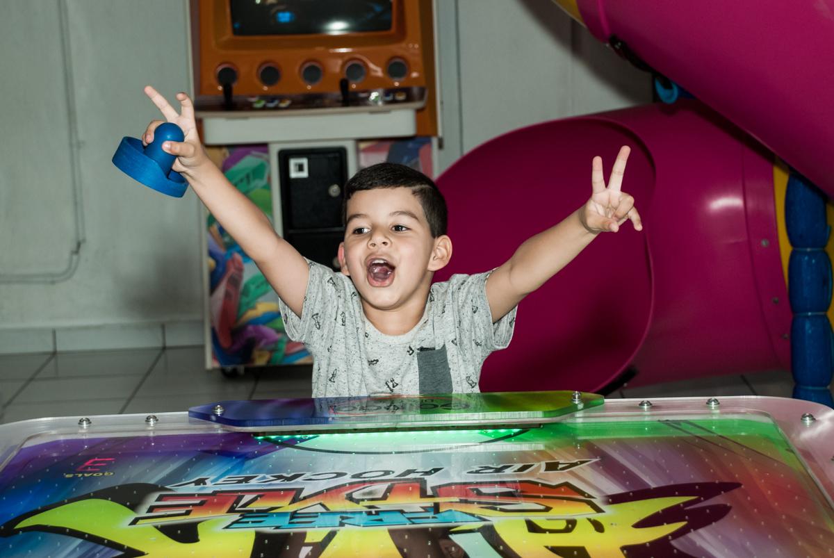 jogo de futebol de mesa no Buffet Magic Joy, Saude, São Paulo, aniversário de Isaque 8 anos, tem da festa São Paulo Futebol Clube