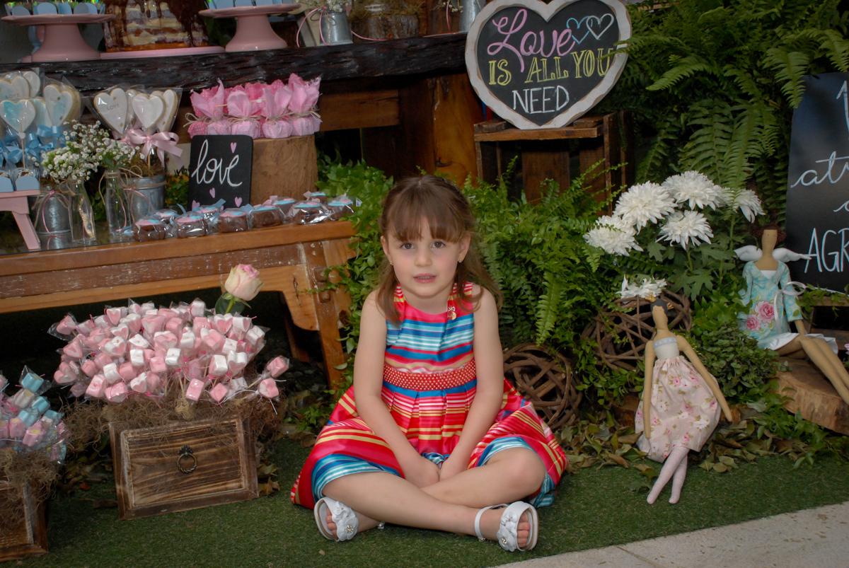 pose de princesa para a fotografia no Buffet Tragaluz, aniversário de Pietra 4 anos, tema da festa amor