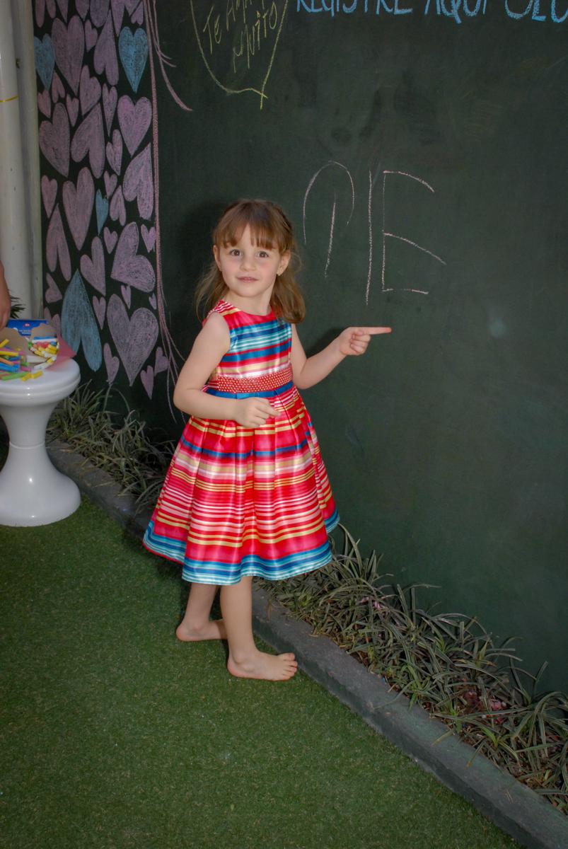 losa para deixar recados no Buffet Tragaluz, aniversário de Pietra 4 anos, tema da festa amor