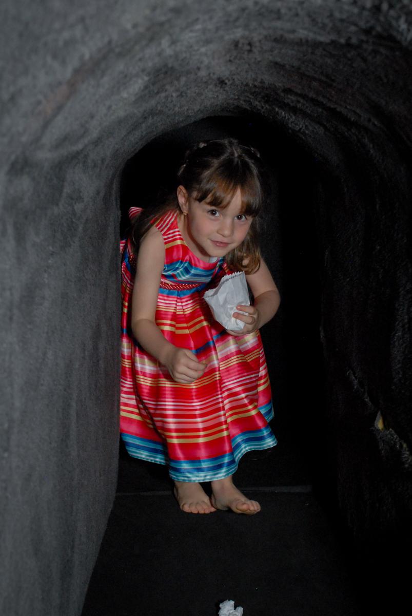 brincndo o túnel no Buffet Tragaluz, aniversário de Pietra 4 anos, tema da festa amor