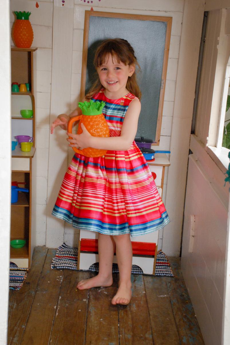 brincando na casinha de bonecas no Buffet Tragaluz, aniversário de Pietra 4 anos, tema da festa amor