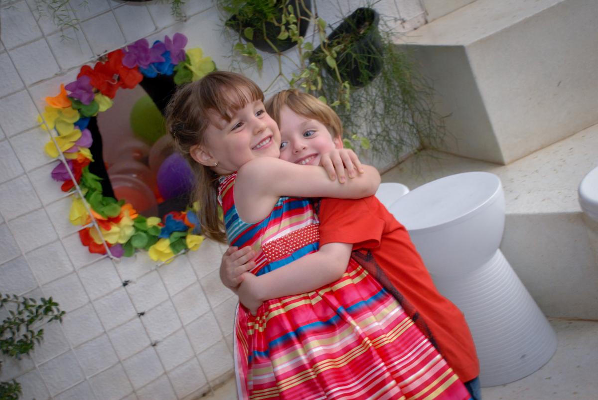 abraço gostoso no Buffet Tragaluz, aniversário de Pietra 4 anos, tema da festa amor