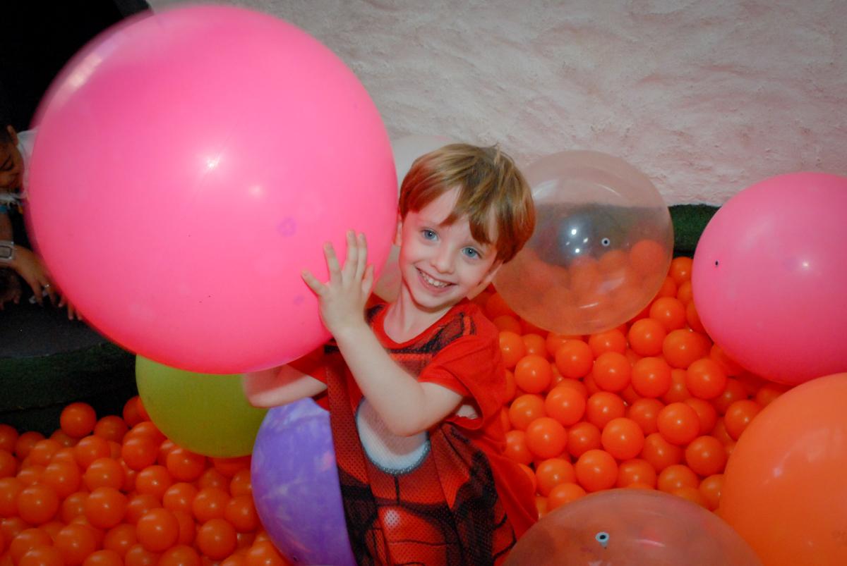brincando com balão na piscina de bolinhas no Buffet Tragaluz, aniversário de Pietra 4 anos, tema da festa amor