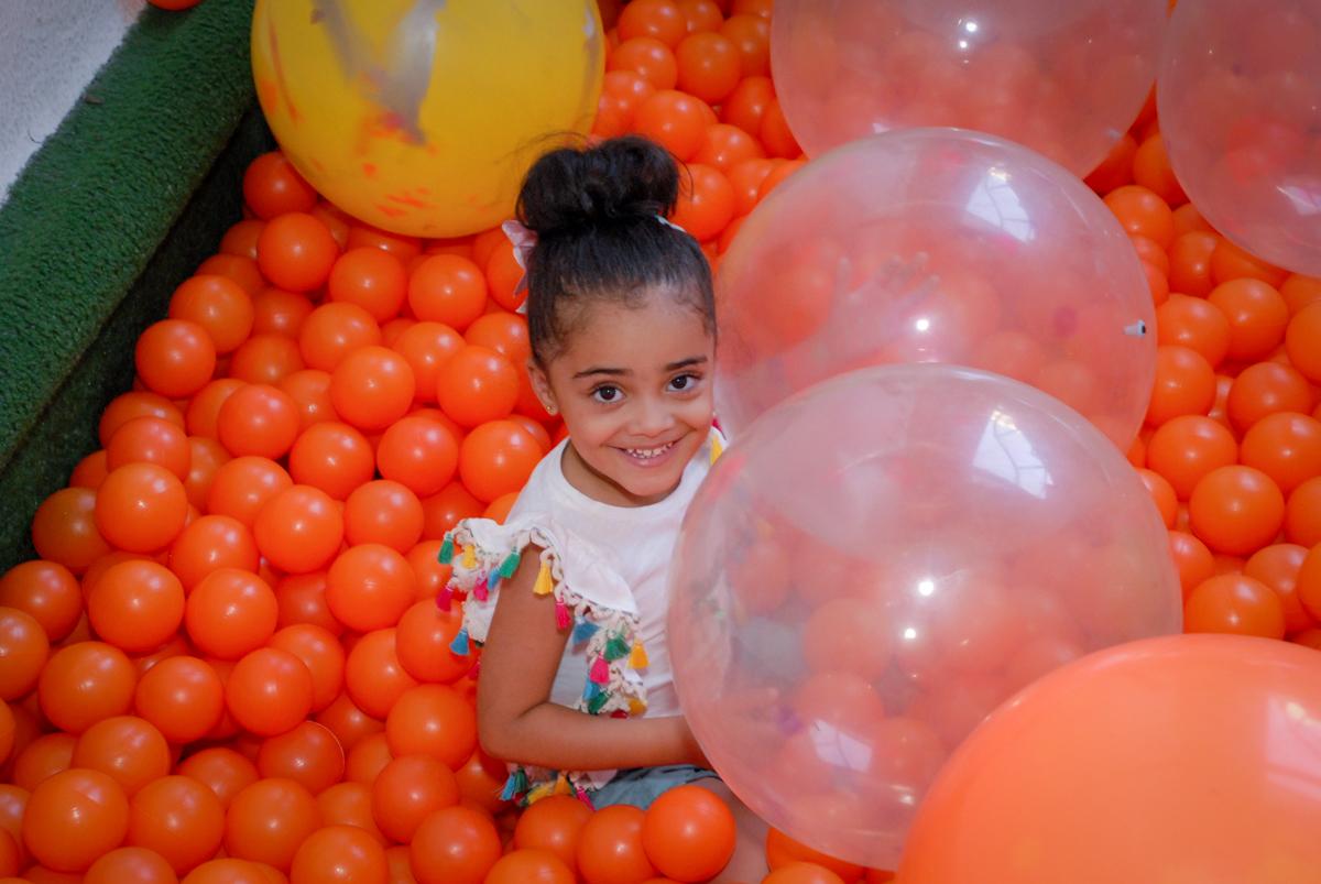 só alegria nas brincadeiras na piscina de bolinhas no Buffet Tragaluz, aniversário de Pietra 4 anos, tema da festa amor