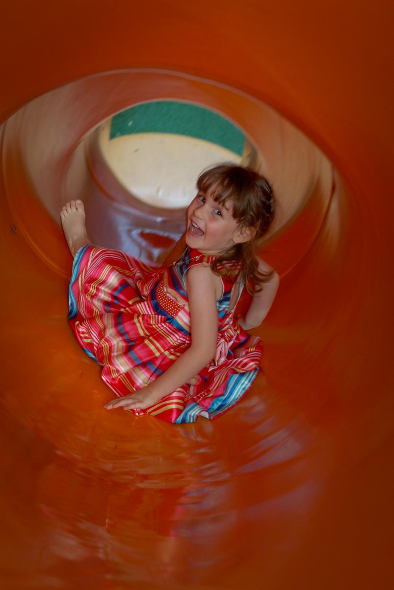 escorregando no túnel no Buffet Tragaluz, aniversário de Pietra 4 anos, tema da festa amor
