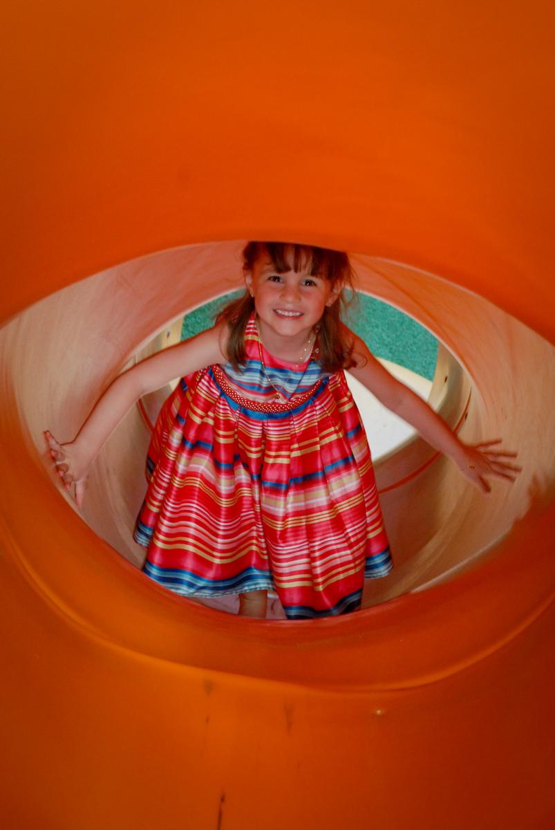 foto feita no túnel no Buffet Tragaluz, aniversário de Pietra 4 anos, tema da festa amormais bagunça na piscina de bolinhas no Buffet Tragaluz, aniversário de Pietra 4 anos, tema da festa amor