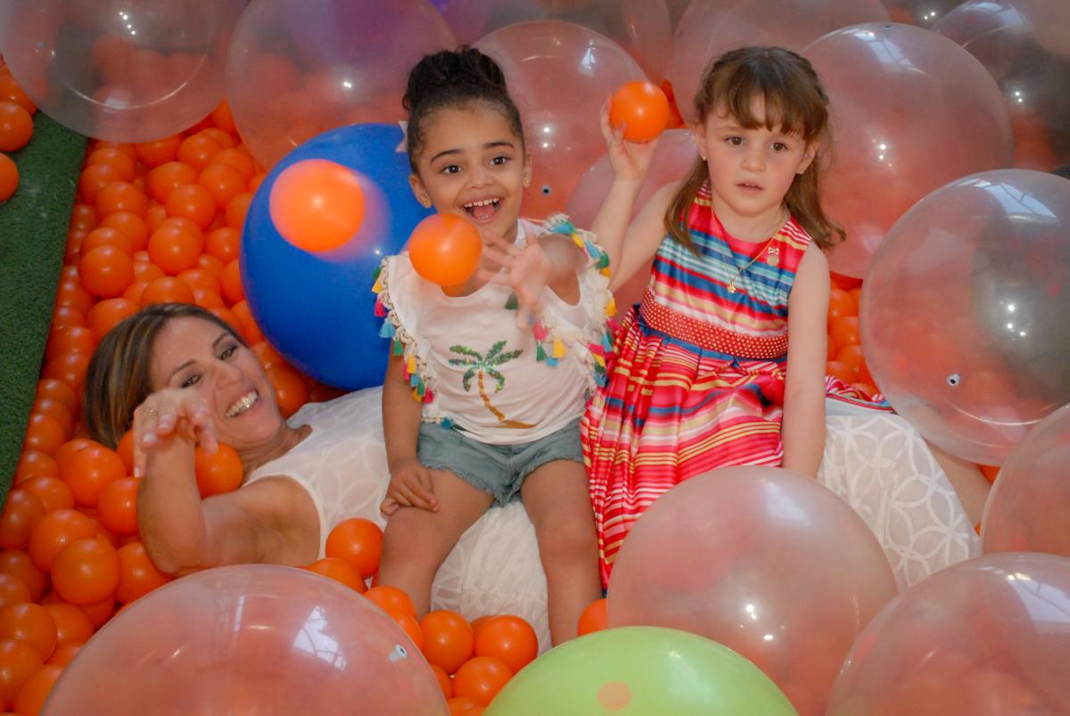 masi bagunça na piscina de bolinhas no Buffet Tragaluz, aniversário de Pietra 4 anos, tema da festa amor
