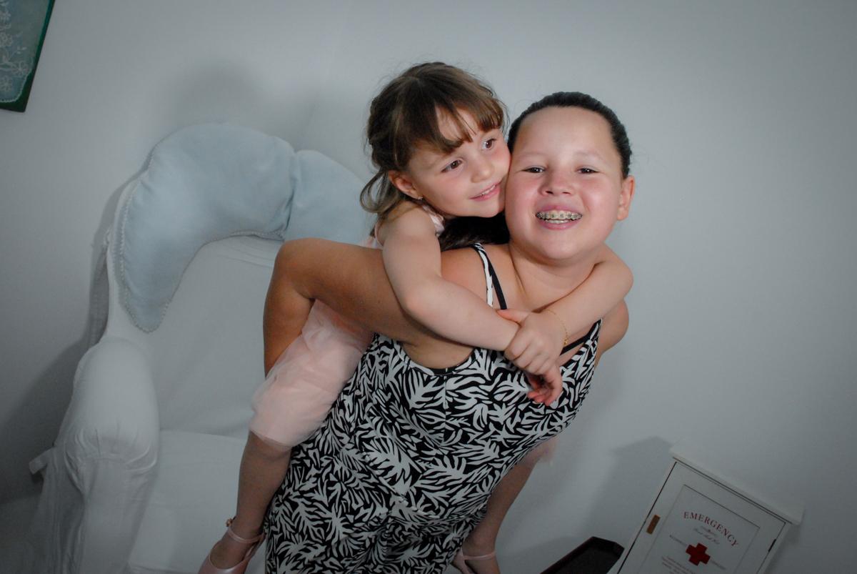 sendo carregada nas costas no Buffet Tragaluz, aniversário de Pietra 4 anos, tema da festa amor