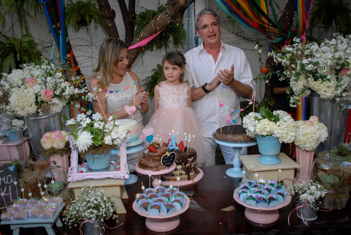 chegou a hora do parabéns no Buffet Tragaluz, aniversário de Pietra 4 anos, tema da festa amor