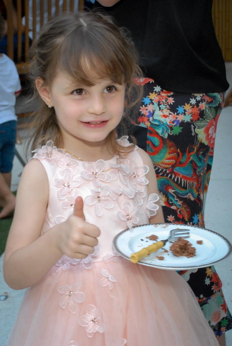 aniversariante come o primeiro pedaço de bolo no Buffet Tragaluz, aniversário de Pietra 4 anos, tema da festa amor