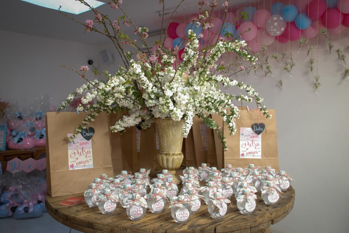 mesa com as lembranças da festa no Buffet Tragaluz, aniversário de Pietra 4 anos, tema da festa amor