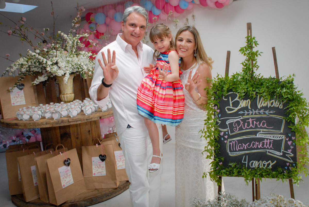 entrada da família para a festa no Buffet Tragaluz, aniversário de Pietra 4 anos, tema da festa amor