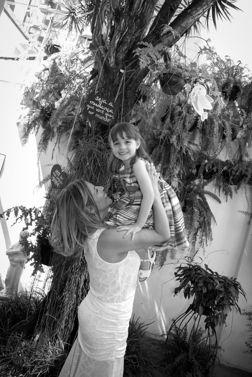 mãe brinca com a aniversariante no Buffet Tragaluz, aniversário de Pietra 4 anos, tema da festa amor
