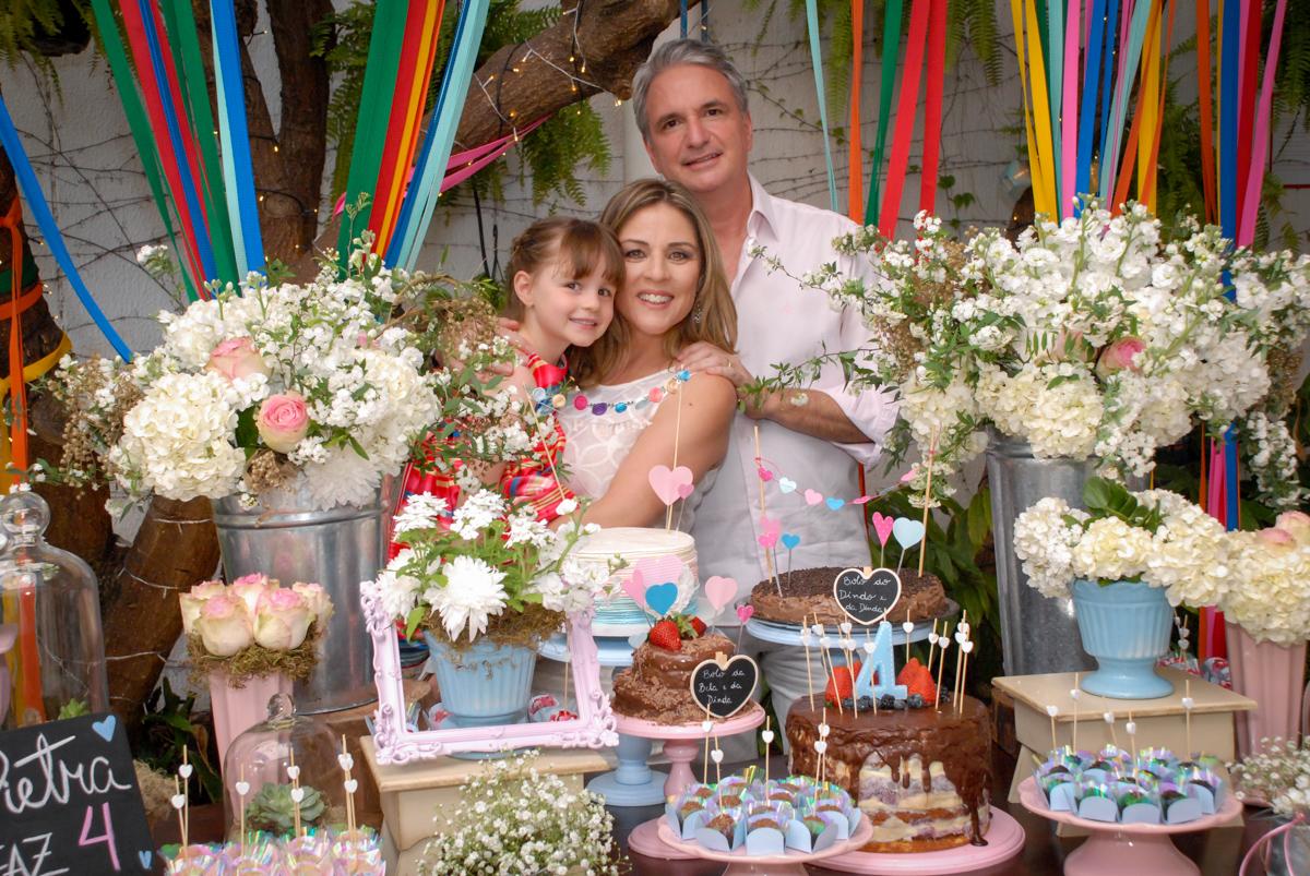 fotografia da família na mesa decorada no Buffet Tragaluz, aniversário de Pietra 4 anos, tema da festa amor