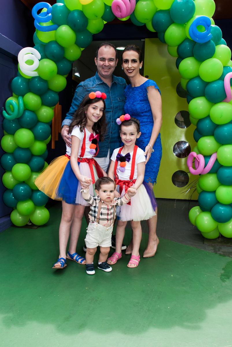 fotografia da familia no arco de bexigas no buffet Toy