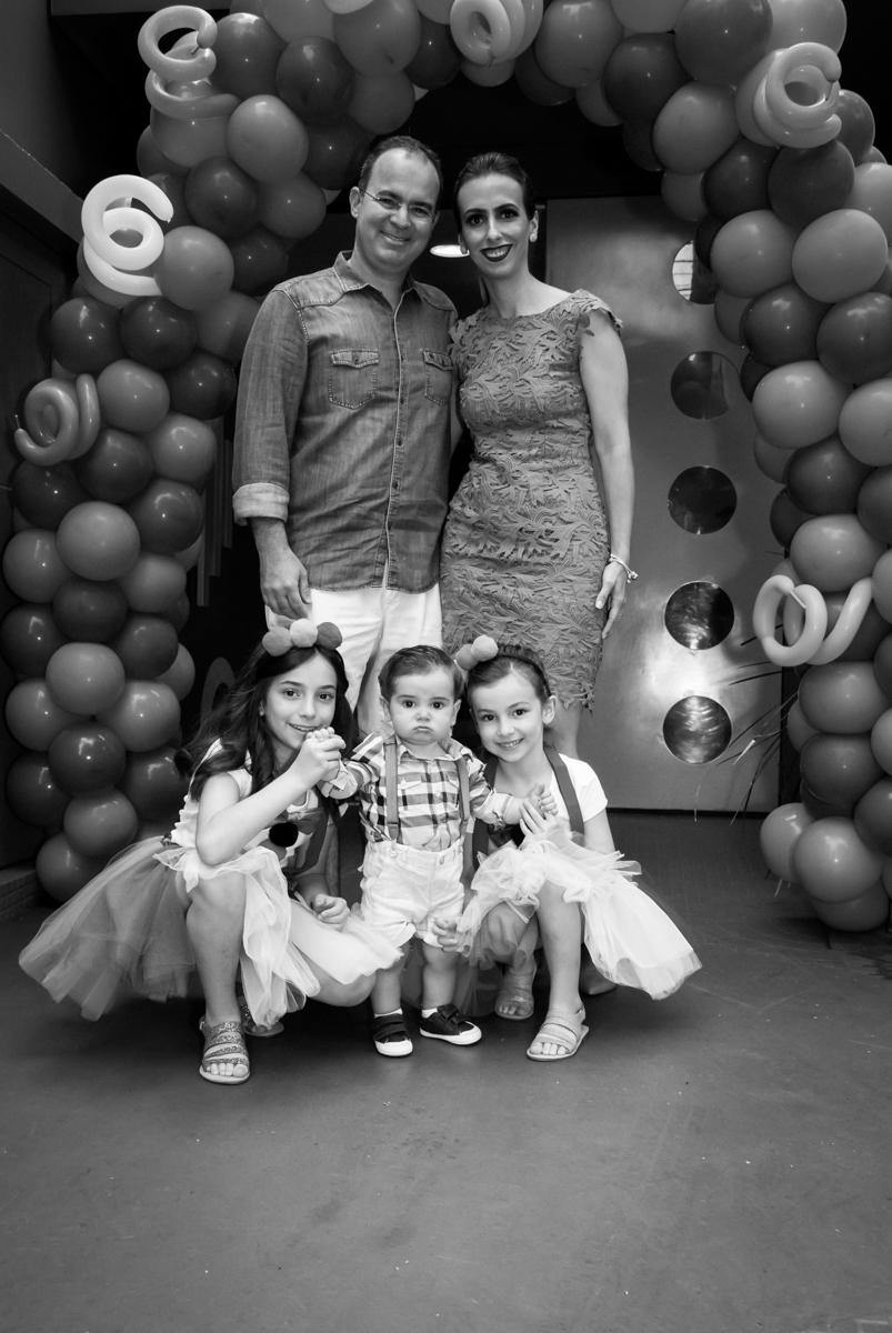 fotografia da família na frente do buffet Toy