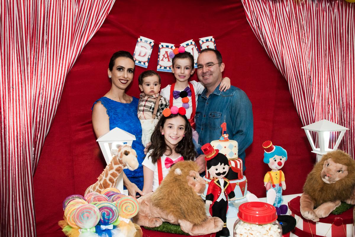a família sendo fotografada na mesa decorada no buffet Toy