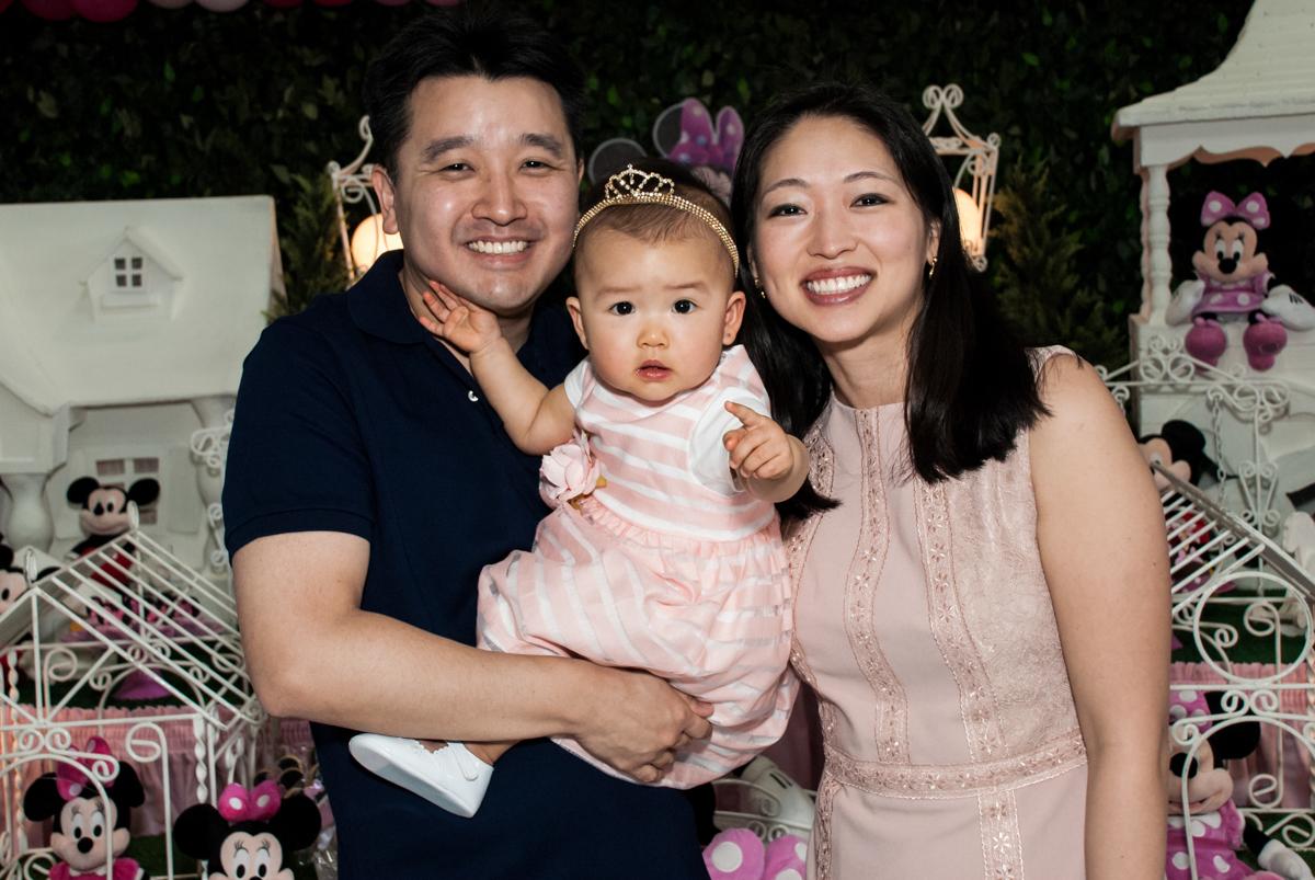 fotografia com os pais no Buffet Magic Joy, Saude São Paulo, aniversário de Gabriela 1 ano, tema da festa minie rosa