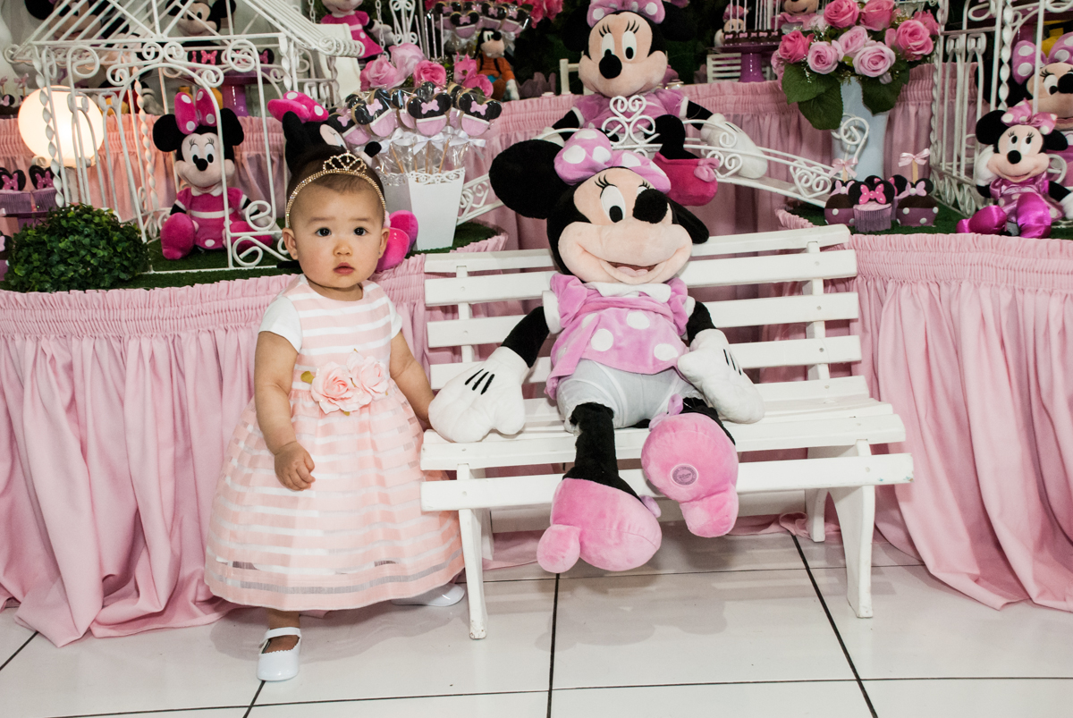 pose para a foto no Buffet Magic Joy, Saude São Paulo, aniversário de Gabriela 1 ano, tema da festa minie rosa