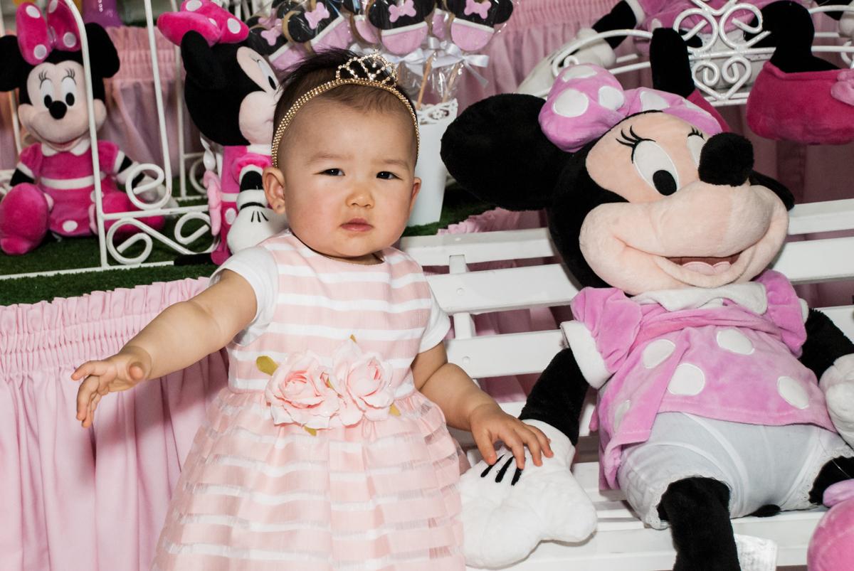 pose de princesa para a foto no Buffet Magic Joy, Saude São Paulo, aniversário de Gabriela 1 ano, tema da festa minie rosa