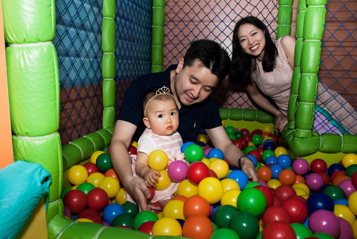 brincando na piscina de bolinhas no Buffet Magic Joy, Saude São Paulo, aniversário de Gabriela 1 ano, tema da festa minie rosa