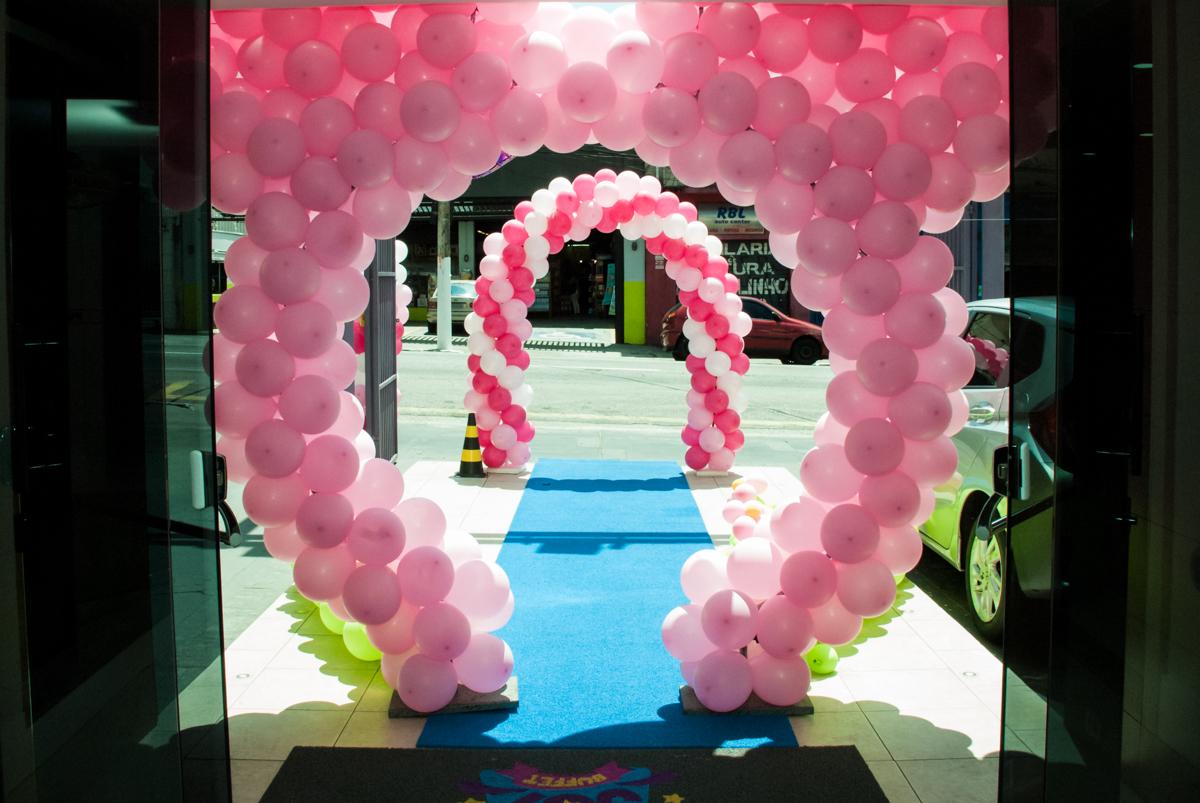 arco de bexigas no Buffet Magic Joy, Saude São Paulo, aniversário de Gabriela 1 ano, tema da festa minie rosa