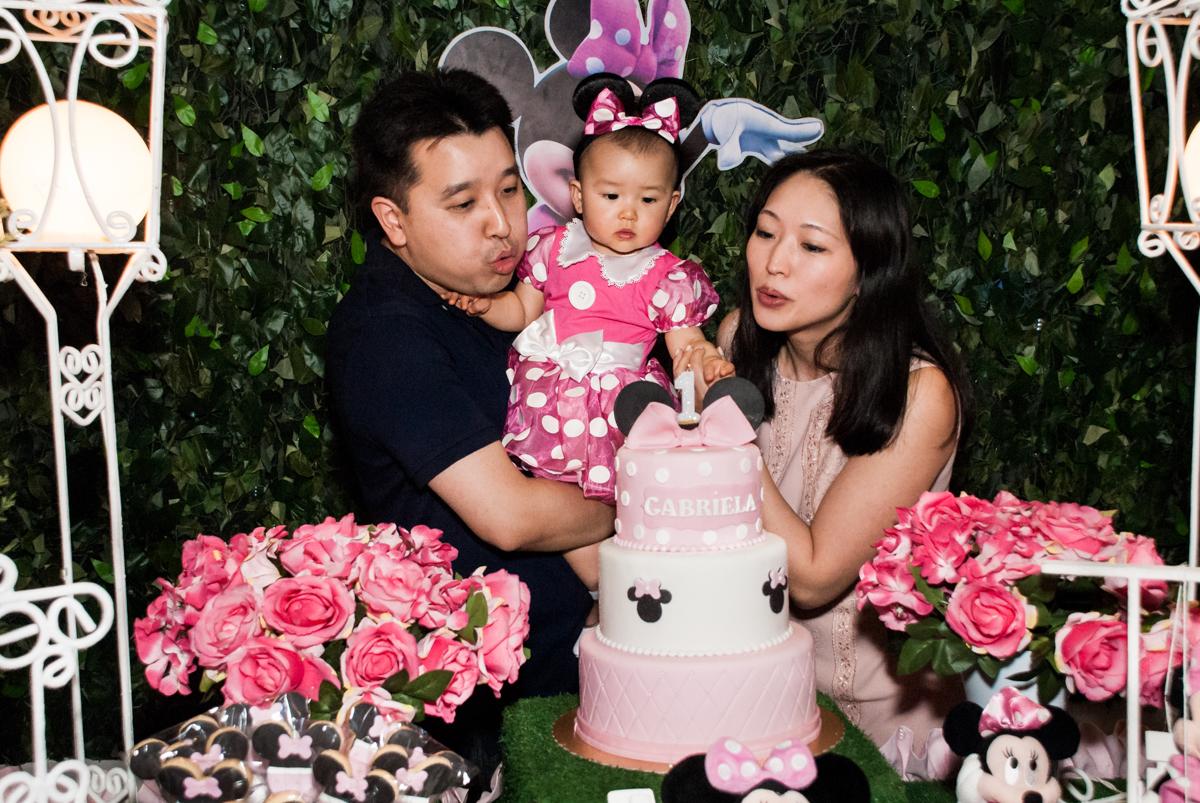 soprando a vela do bolo no Buffet Magic Joy, Saude São Paulo, aniversário de Gabriela 1 ano, tema da festa minie rosa