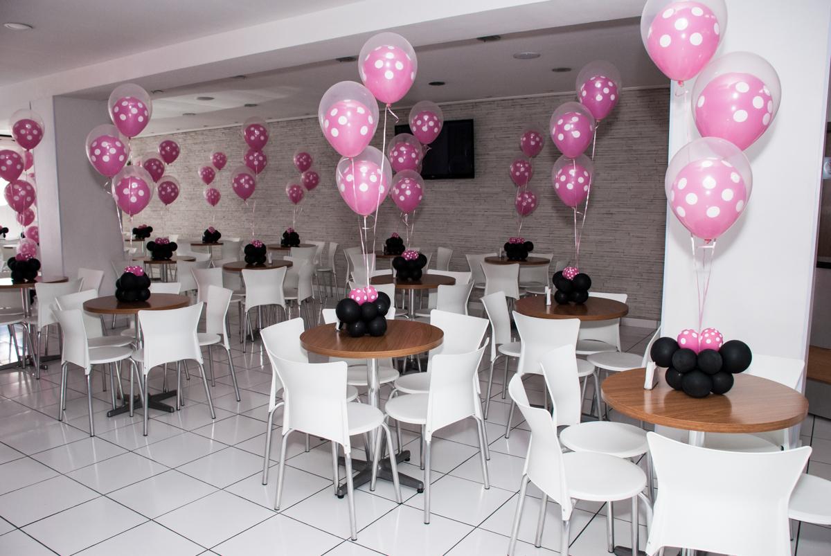 mesas decoradas com bexigas no Buffet Magic Joy, Saude São Paulo, aniversário de Gabriela 1 ano, tema da festa minie rosa