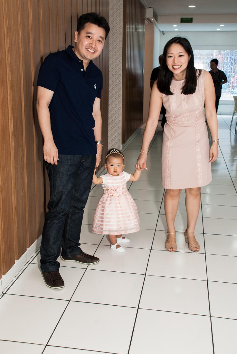 a aniversariante chega andando no Buffet Magic Joy, Saude São Paulo, aniversário de Gabriela 1 ano, tema da festa minie rosa