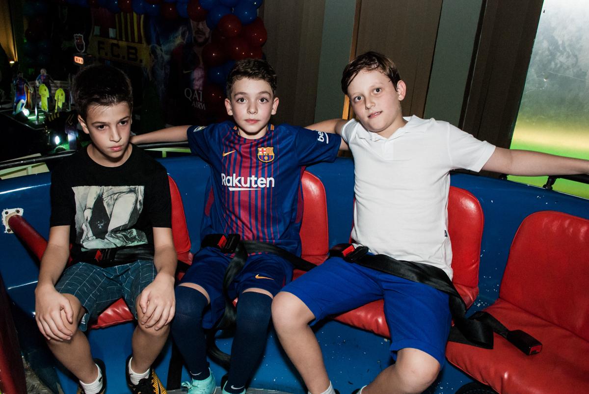amigos brincam no labamba no Buffet Planeta Kids, aniversário de Gustavo 10 anos, tema da festa Barcelona