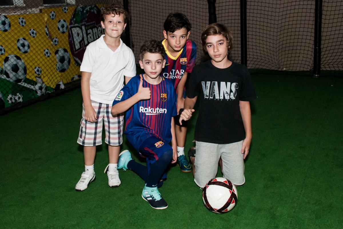 pose de jogador para a foto no Buffet Planeta Kids, aniversário de Gustavo 10 anos, tema da festa Barcelona