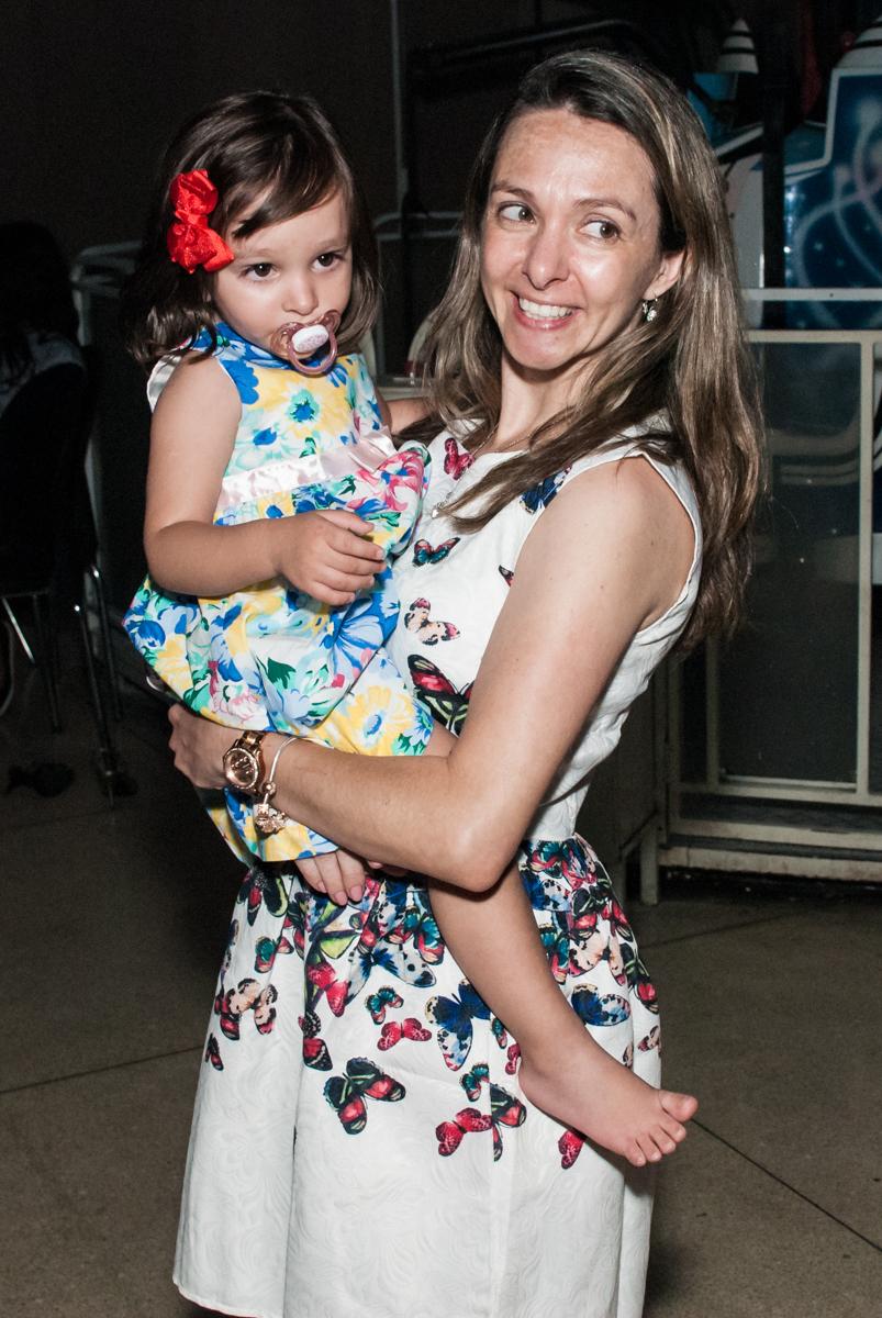 foto mãe e filha no Buffet Planeta Kids, aniversário de Gustavo 10 anos, tema da festa Barcelona
