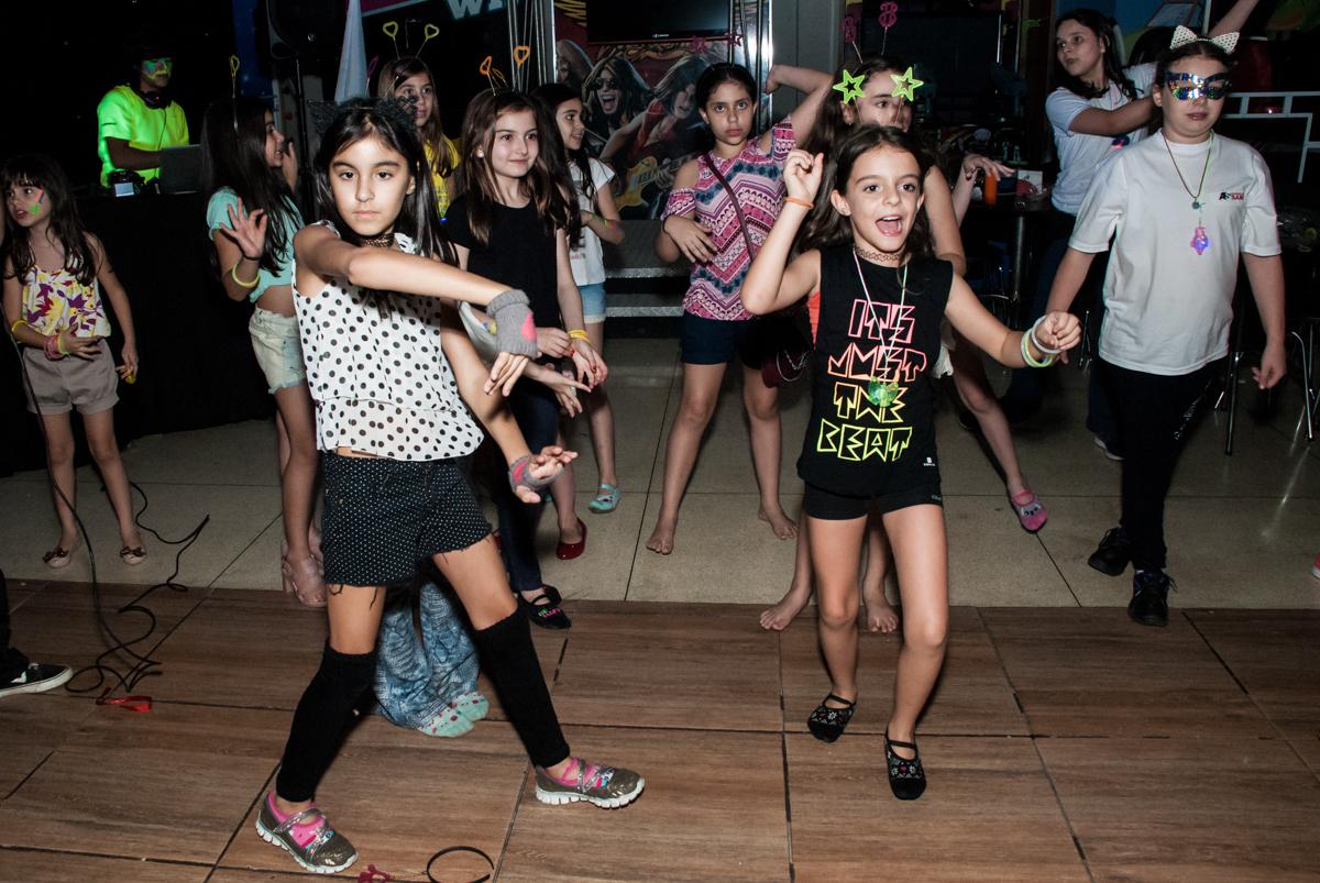 amigos curtem a balada animada no Buffet Planeta Kids, aniversário de Gustavo 10 anos, tema da festa Barcelona