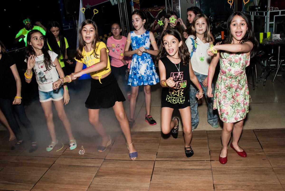 curtição na balada animada no Buffet Planeta Kids, aniversário de Gustavo 10 anos, tema da festa Barcelona