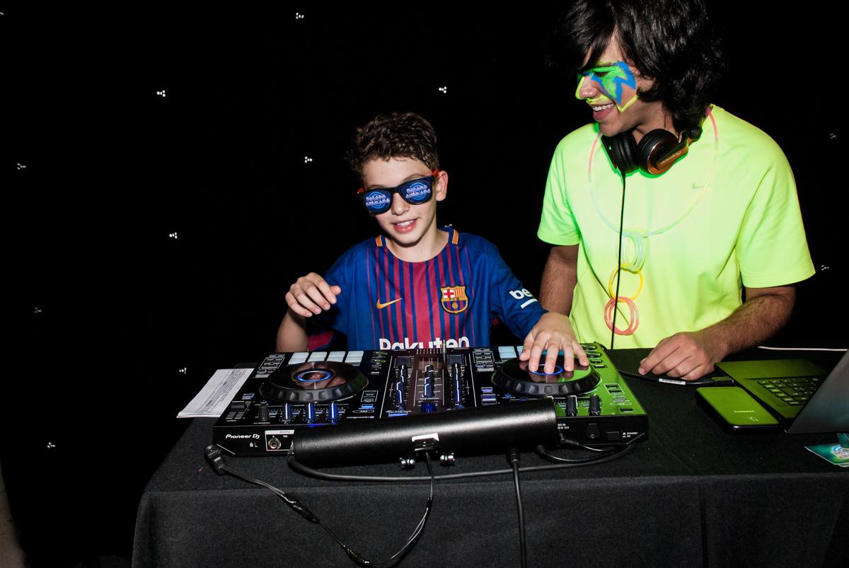 DJ da festa no Buffet Planeta Kids, aniversário de Gustavo 10 anos, tema da festa Barcelona
