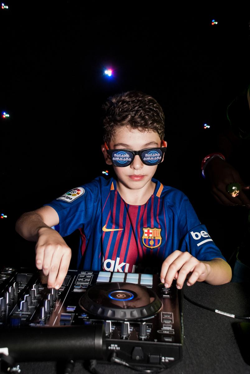 o aniversariante é o DJ da festa no Buffet Planeta Kids, aniversário de Gustavo 10 anos, tema da festa Barcelona