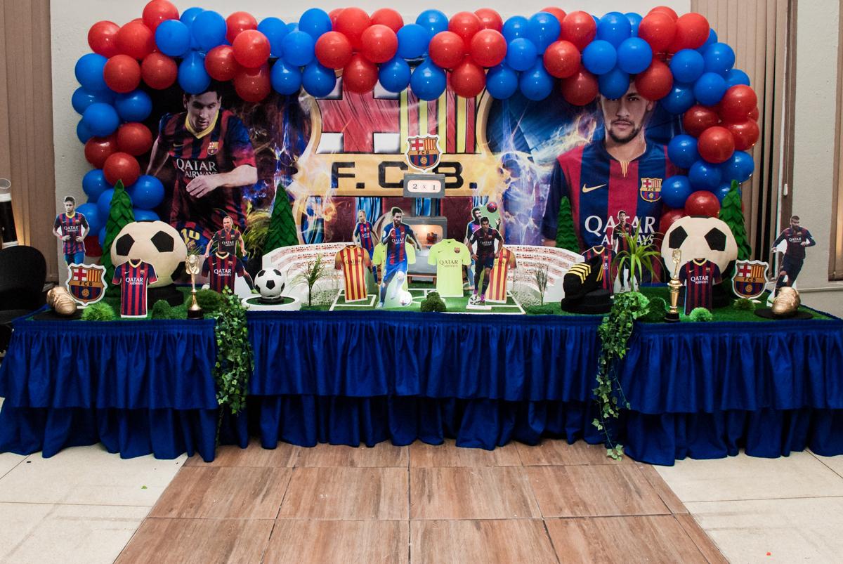 mesa decorada no Buffet Planeta Kids, aniversário de Gustavo 10 anos, tema da festa Barcelona
